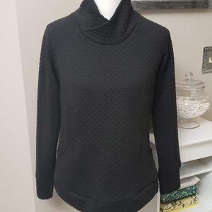 Black quilted sweatshirt w/pockets and thumb holes